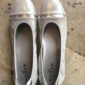 Brand: Hogan Tod's TodsVaretype: Ballerina Størrelse: 38.5 Farve: Sølv Oprindelig købspris: 2750 kr. Prisen angivet er inklusiv forsendelse.  Smukke, bløde meget stilfuld Tod's Hogan ballerina sko