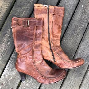 Flot brun læderstøvle som er brugt men sål og hæl er ikke slidt så meget som vist på billederne. Passer fint sammen med den brune lædertaske fra Friis&Company og kan sælges samlet for 75kr