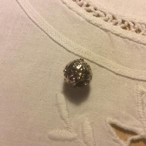 Pandora charm, sølv med 14 karat guld og 3 brillianter.