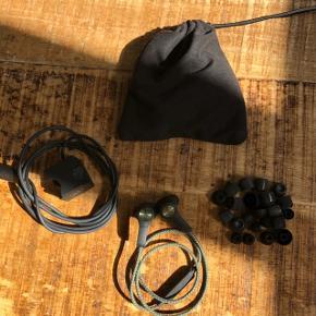 Beoplay H5 i grøn.   Sælges med to ladere, en masse ubrugte øredutter i forskellige størrelser og en lille taske til det hele.   Kan sendes.