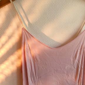 Sød lyserød sommerkjole, med smukt broderi på brystet.  Lidt pletter (se sidste billede) på brystet.  Der står ikke størrelse i, men jeg vil gætte på S.   #30dayssellout