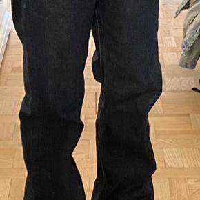 501. Bukserne er i pæn stand med enkelte brugsspor. Der er 110 cm. fra livet og til ankel. Det er en lidt 'baggy' model med god plads.