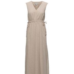 Flot lang kjole i creme, perfekt til bryllup eller fest