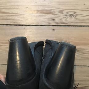 Super fine støvletter i læder. Jeg har kun brugt dem to gange, men hælen på højre fod har desværre taget lidt skade.