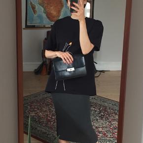 Sort lædertaske, kan bruges som crossbody eller clutch. God stand!