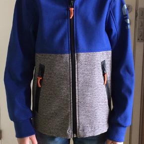 Sælger denne softshell jakke. Den er fra H&M og str. 134(9 år). Farven er blå og grå, den er fleeceforet, hætten er aftagelig. Ingen huller og pletter, vasket og imprægnerede. Armlængde 40 cm, jakkelængde:52 cm. Kommer fra et ikke ryger hjem. Sendes mod betaling eller afhentes i 2990 Nivå