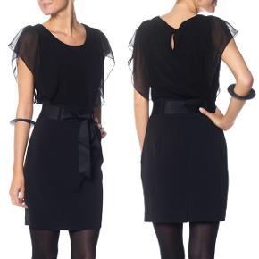Fin og elegant sort kjole med bindebælte i taljen samt skjult lynlås i siden. Feminin detalje med løse flæseærmer. Fremstår pæn og velholdt.