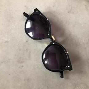 Solbriller med gulddetaljer