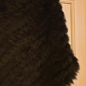 Super fin poncho i kanin pels (se mærke) Aldrig brugt. Køber betaler ts og porto ⭐