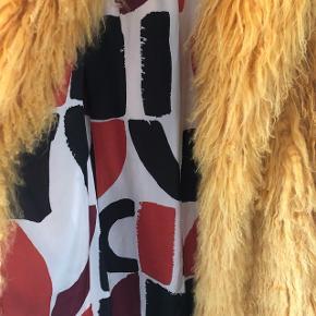 Gå vinteren i møde i den fedeste gule Saks Potts jakke. Størrelsen er onesize og nyprisen var 11.000 kr. Jakken er brugt ganske få gange, så nu håber jeg inderligt, at der er én, som er klar til at rocke den mere end undertegnede, så den ikke skal hænge i skabet hele vinteren. Skriv endelig, hvis der ønskes flere billeder!