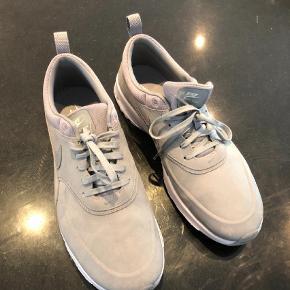 Varetype: Sneakers Størrelse: 42.5 Farve: Grå Prisen angivet er inklusiv forsendelse.  Brugt 1 gang Nike Air Max Thea