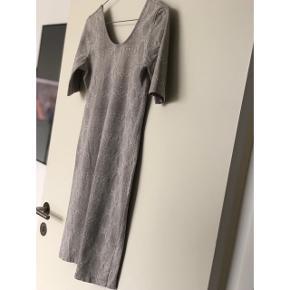 Fin kjole fra Weekday i lyst slangeskind ✨ bytter ikke