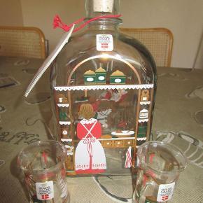 Varetype: Holmegaard Juleflaske 1992 med 2 dramglas Størrelse: Alm. Farve: -  Holmegaard Juleflaske 1992, indhold 65 cl. med tilhørende 2 dramglas - selvfølgelig fra samme serie og årstal. ALDRIG BRUGT !!
