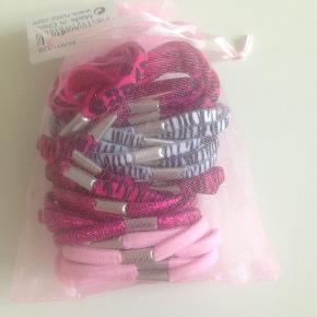 Varetype: Hår elastikkerStørrelse: X Farve: Ukendt Prisen angivet er inklusiv forsendelse.  Lille pose med 38 hår elastikker. Se også mine andre annoncer og Byd:)