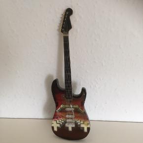 Elguitar guitar  miniguitar ca 12 cm høj   Fin stand  ministørrelse   Sender gerne   Se flere annoncer