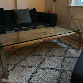 Sofabord fra Heine Design. Np: 14.000 Der er nogle få ridser i glaspladen.  BYD!
