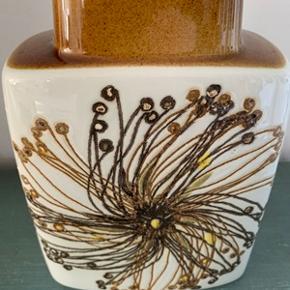 Flot retro vase fra Royal Copenhage, designet af Ellen Malmer, nr; 635/3121. Højde 19 cm. Står som ny og uden fejl. Sendes gerne