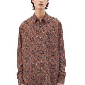 Our legacy intial skjorte lavet i 100% lyocell med en afslappet pasform og med knapper af perlemor.  Mp 900