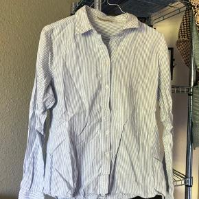 2x skjorter fra Pieces. En koster 100,- Men begge kan købet for 150,-