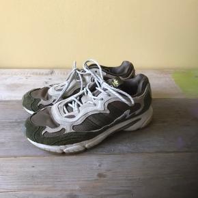 De fedeste Adidas temper runs x Saint Alfred! Er udsolgt mange steder, og sælges til en god pris! Byd:)