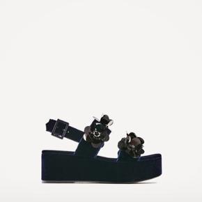 Super fine mørkeblå sandaler, næsten som nye.   Køber betaler fragt 🌸