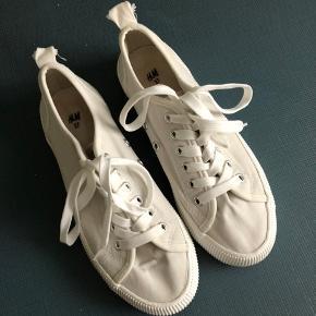 Søde og moderne hvide sneakers i str. 37 fra H&M sælges.  De er i pæn stand.  Kan afhentes i Aalborg Vestby for 50 kr.