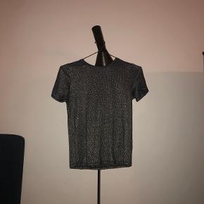 Glimmer trøje fra Zara. Er brugt men i god stand! Sælges da den er for lille. Ny pris 150kr