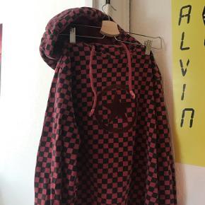 Rødternet hoodie fra Converse i en str M. Brugt men stadig i en god stand. Nypris 600 kr, byd :)