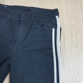 """""""Mother"""" sorte Cropped jeans med trackpant striber. Der er svaj og de er afklippede så de er lidt længere bagpå end foran. Mother er kendt for sin meget gode kvalitet og pasform.  Købt i efteråret 2018  Nypris: 2500,-"""