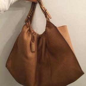 """Sælger denne super fede taske fra Gucci med kort rem så den kan sidde på ved skulderen. Den er fra en gammel kollektion, hvilket også kan ses på det lidt rå look. Udover dens """"look"""" er der ingen tegn på slid. Nyprisen kendes desværre ikke da min mor købte den for mange år siden, men den har været 8000+. Sælger for omkring 4000, men er åben for andre bud."""