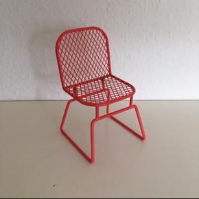 Design Stol til pynt , metalstol ca 15 cm rød Ministol Til at stå på reol eller bord   Har også en i mintgrøn og lyserød Yderst fin stand  Sender gerne