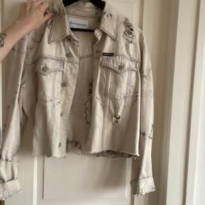 Calvin Klein denim jakke i kort.  Aldrig brugt og er fra sidste år.