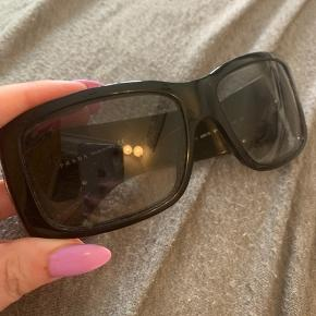 Gamle Prada solbriller, æske eller kvittering haves ikke længere  Købt i en brillebutik i Spanien for en del år siden, er stadig i god stand  BYD gerne, før pris huskes ikke