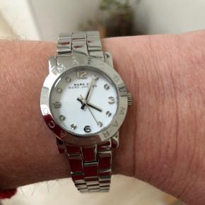 Super flot og velholdt ur. Marc by Marc Jacobs. Model MBM3055. Flot som nyt og med batteri. Mindstepris 500 kr.