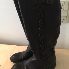 Lækre lange læderstøvler med fin detalje i siden   Byd