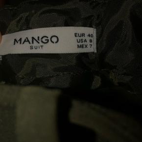 Splinternye fede bukser fra mango, sælges da de ikke bliver taget i brug. Prisen er oprindelig 199kr, og størrelsen er en 40, men kan sagtens passe en størrelse 38 (M). Np:199kr Mp:100kr