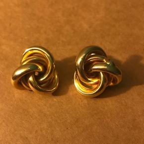 Guld øreringe med snørklet design af forskellige ringe der sidder sammen  Det er ørestikker, men de er lidt for store til min smag - ca. 2 cm i diameter. De er dog ikke tunge   Fri fragt hvis de købes sammen med noget andet fra min profil 😄✨