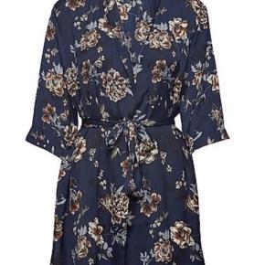 Rosemunde Anden overdel, Ny, med prismærke. Abildtorpe Mose - Super fin kimono. Se mine øvrige annoncer. Sælger bl.a. matchende top. Rosemunde Anden overdel, Abildtorpe Mose. Ny, med prismærke, Aldrig brugt og stadig med prismærke. Har ingen skader eller tegn på brug