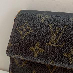God brugt Louis Vuitton pung   Har lidt slid efter brug men fungerer stadig som den skal