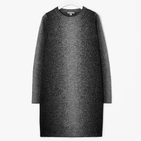 Flot strikkjole fra Cos. Kan også sagtens bruges som bluse.Den er ca 82 cm lang. 100% merinould  Brugt få gange og i flot stand.  Bytter desværre ikke.  strikkjole i 100% merinould Farve: Grå Oprindelig købspris: 750 kr.