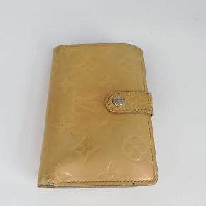Louis Vuitton pung i vernis   God plads til alt det nødvendige🌸  Det er en smuk gul farve 💛  Har meget få tegn på brug 🌸  Jeg har desværre intet originalt tilbehør da den er købt vintage ♻️