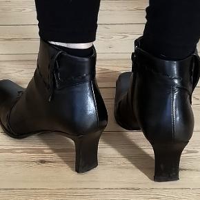 Mærke: Dick Boons Bytter ikke. Prisen er eksklusiv porto. Købspris: 1999 kr. Farve: Sorte Støvletter med lynlås. Str. 38 Hæl højde 7 cm. Støvlerne er brugt, men i pæn stand.