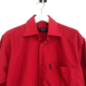 Flot rød Hugo Boss skjorte str M. Ikke slimfit.