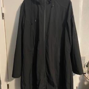 Softshell jakke brugt 3 gange, men desværre er den rigtig grim ved lynlåsen (se billede to) .. Man lægger ikke mærke til det ved brug. Nypris 499,-