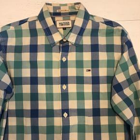 Sælger den Tommy Hilfiger skjorte, da jeg ikke bruger den mere. Np: 600kr  Mp: 100kr Bin: 200kr Str: M (fitter mig som er 178 cm) Cond: 8/10