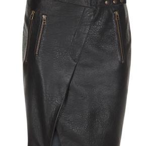 Smuk sort skindnederdel fra Rabens Saloner sælges 🌺 jeg sælger nederdelen, da jeg ikke kan passe den 🌺 den har aldrig været i brug og er stadig med tags 🌺