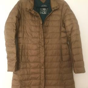Tommy Hilfiger dunjakke str L med smukt grønt for. Farven er brun/kobber. Lille sort streg på jakken, ikke noget man ligger mærke til. Se billede. Derfor pris.