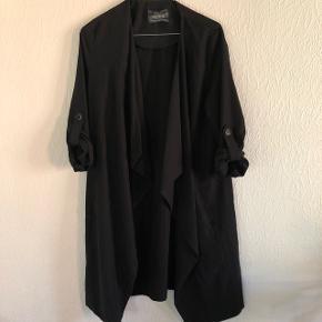 Sælger denne fine trenchcoat fra Bershka - str. small. Sendes på købers regning.  Søgeord: Weekday, Envii, Monki, Mads Nørgaard, lang jakke, sort, forårsjakke, sort jakke, Acne Studios