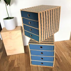 2 skuffedarier i pap fra IKEA.  Naturfarve med 4 blå skuffer og print. Fin størrelse, der sagtens rummer A4. Udvendigt mål er: Højde er ca. 31,5 cm Bredde er ca. 26,6 cm. Dybde er ca. 36 cm.  Udgået model, der har været brugt, men er i god brugsstand.  Lige nu er der 2 skuffedarier klar, men flere kan skaffes, hvis du har brug for det.  Sælges for 25 kr. for hvert skuffedarium.  Afhentes på Frederiksberg.