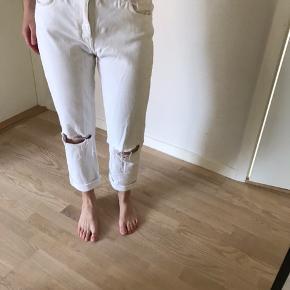 Hvide hjemmelavede boyfriend / Mom jeans med hul på knæene